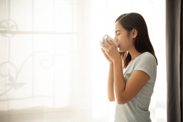 Aziatische vrouw dronk koffie in de ochtend