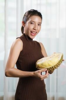 Aziatische vrouw durian thuis te houden.