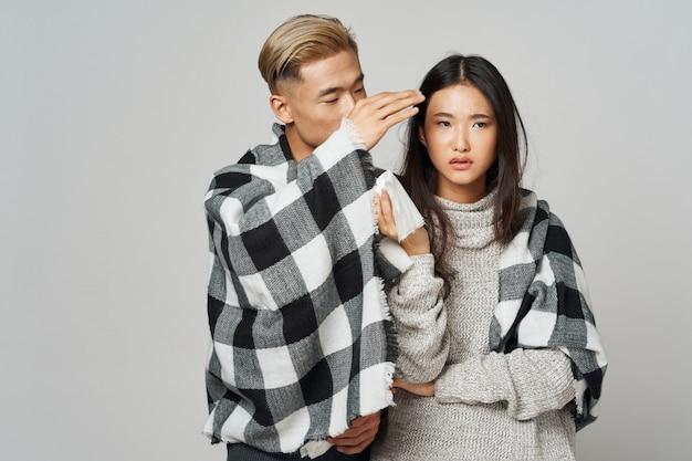 Aziatische vrouw en man die samen stellen