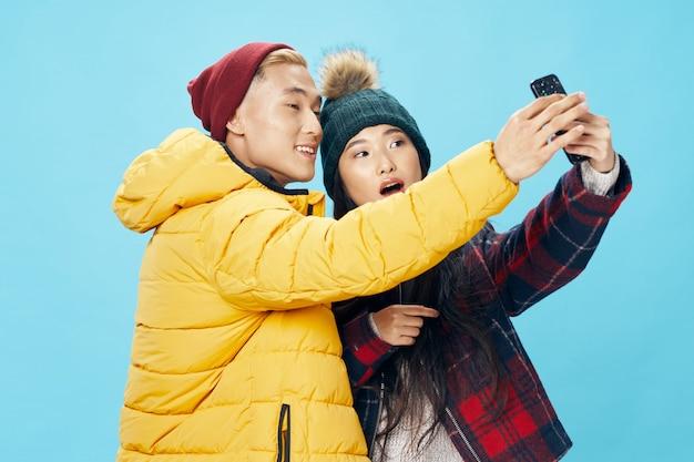 Aziatische vrouw en man op felle kleur