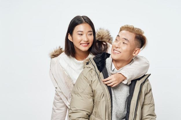Aziatische vrouw en man op helder kleuren stellend model als achtergrond samen