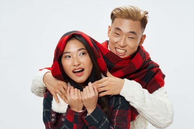 Aziatische vrouw en man poseren model samen