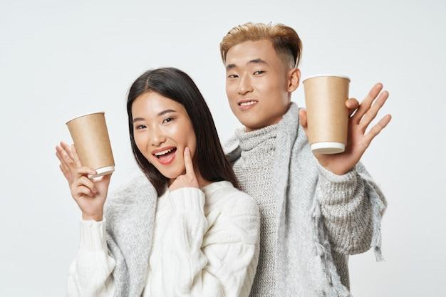 Aziatische vrouw en manposing model samen