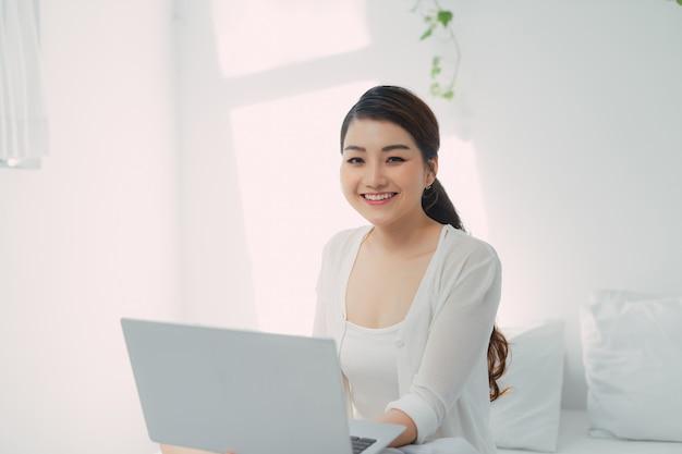 Aziatische vrouw gebruikt notebook laptop werk vanuit huis