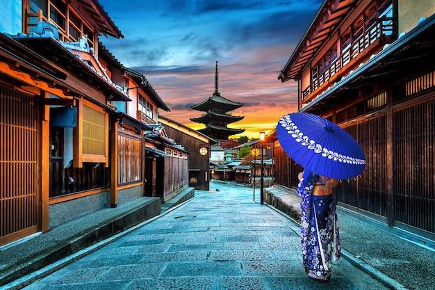 Aziatische vrouw, gekleed in japanse traditionele kimono op yasaka pagoda en sannen zaka street in kyoto, japan.