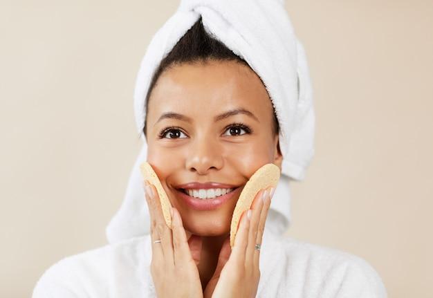 Aziatische vrouw genieten van huidverzorging