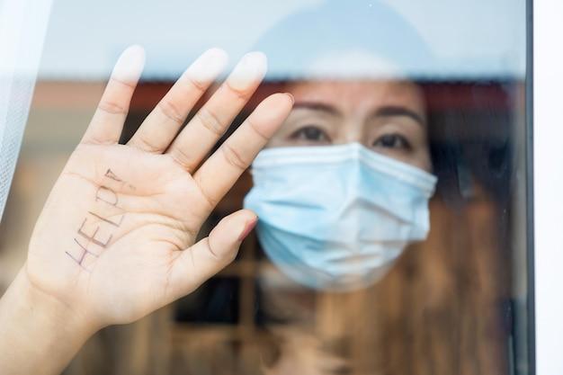 Aziatische vrouw heeft hulp nodig tijdens zelfquarantaine thuis