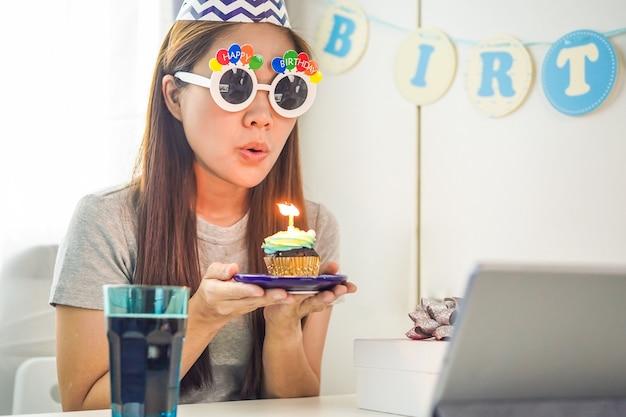 Aziatische vrouw houdt een verjaardagstaart