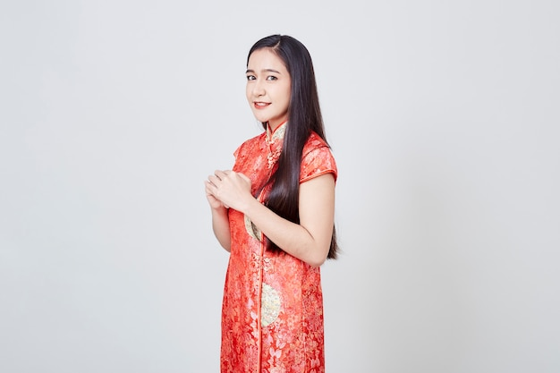 Aziatische vrouw in chinese kledings traditionele cheongsam