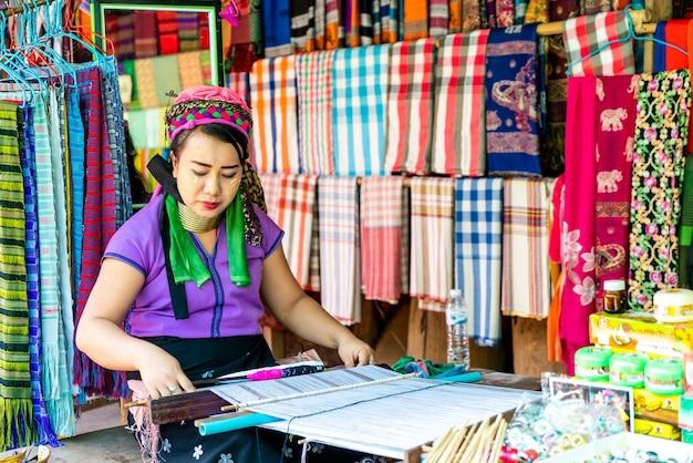 Aziatische vrouw in een kledingwinkel