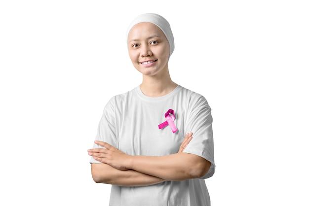 Aziatische vrouw in een wit shirt met roze lint