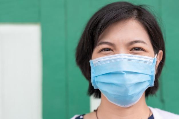 Aziatische vrouw in gezichtsmasker op buiten.