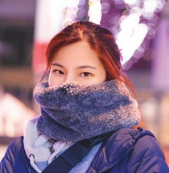 Aziatische vrouw in het dikke portret van de de winterkleding
