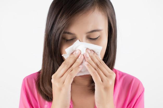 Aziatische vrouw in rode slijtage die onwel voelt wegens sinus