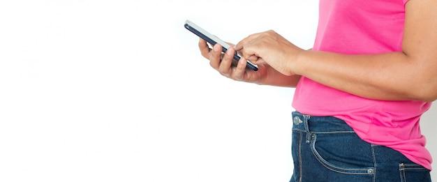 Aziatische vrouw in t-shirt met smartphone over wit