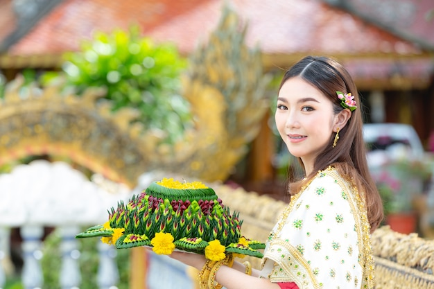 Aziatische vrouw in thaise jurk traditionele greep kratong loy krathong festival