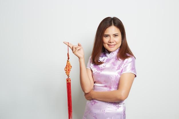 Aziatische vrouw in traditionele chinese lange kleding op wit