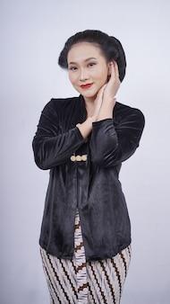 Aziatische vrouw in zwarte kebaya lachend gezicht geïsoleerd op een witte achtergrond