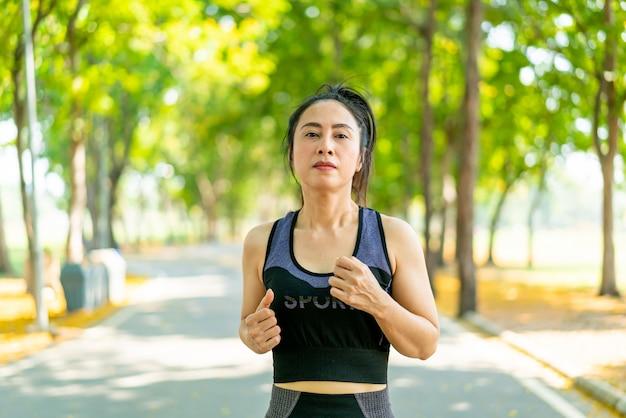 Aziatische vrouw joggen en hardlopen