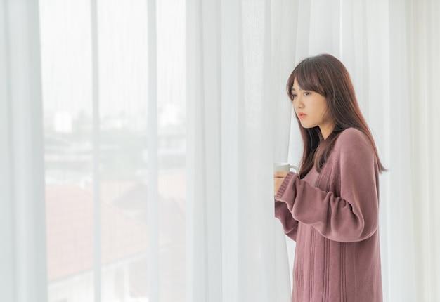 Aziatische vrouw koffie drinken in de ochtend