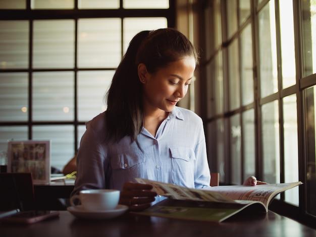 Aziatische vrouw koffie drinken in het café