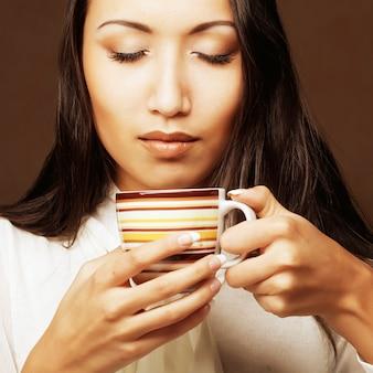 Aziatische vrouw koffie of thee drinken