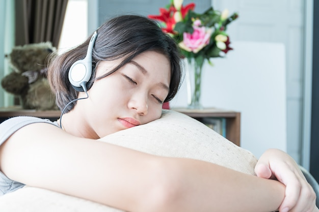 Aziatische vrouw kort haar luisteren muziek