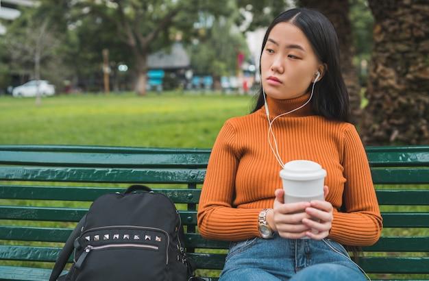 Aziatische vrouw luisteren muziek