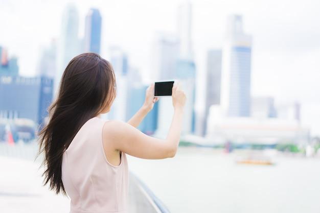 Aziatische vrouw met behulp van smartphone of mobiele telefoon