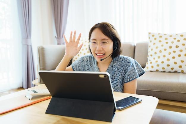 Aziatische vrouw met behulp van tablet, les kijken gebarentaal online cursus
