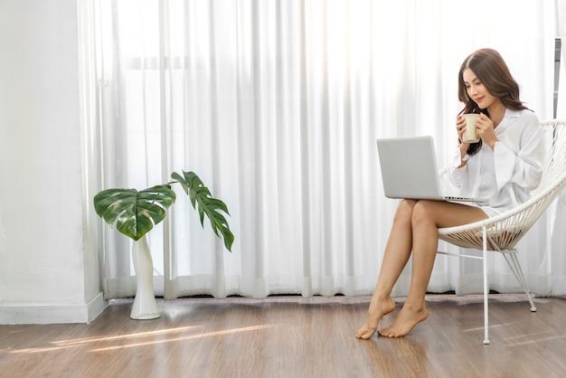 Aziatische vrouw met behulp van technologie van laptopcomputer werken en videoconferentie online vergadering