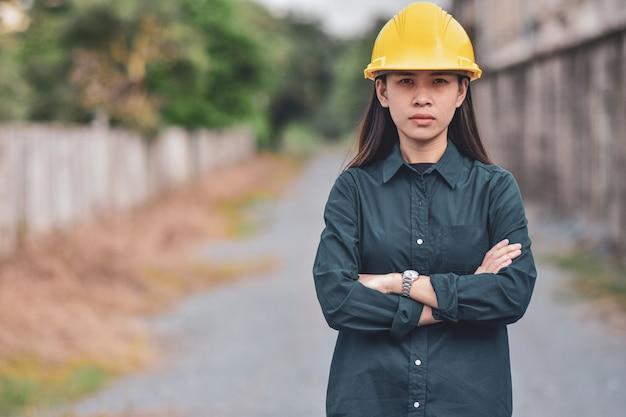 Aziatische vrouw met bouwvakker