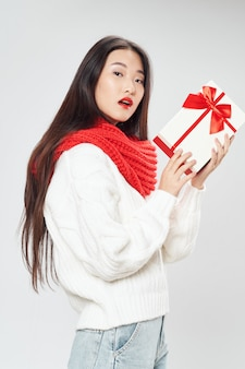 Aziatische vrouw met de doos van de kerstmisgift
