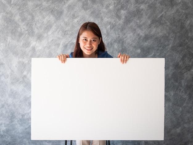 Aziatische vrouw met de witte ruimte van het bannerkopie