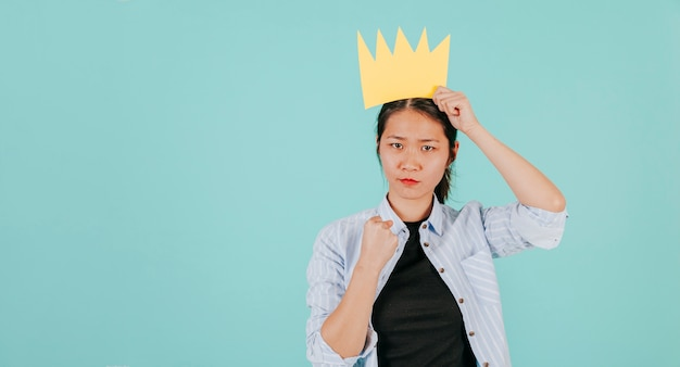 Aziatische vrouw met document kroon gesturing sterkte