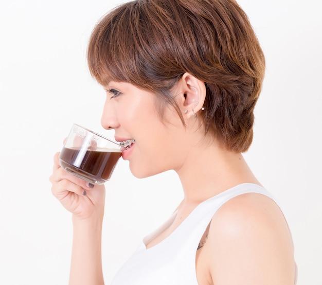 Aziatische vrouw met een kop warme koffie. concept voor gezond.