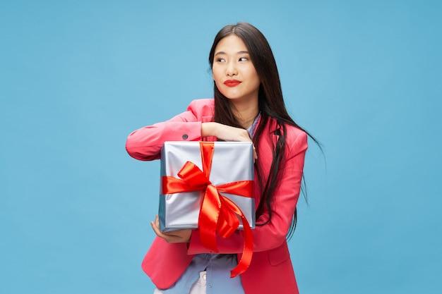 Aziatische vrouw met geschenkdozen