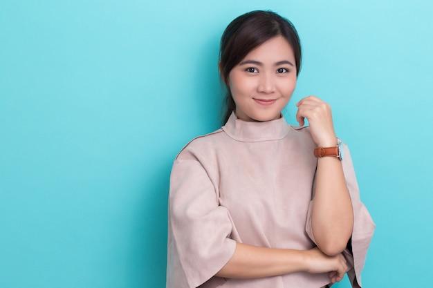 Aziatische vrouw met haar horloge