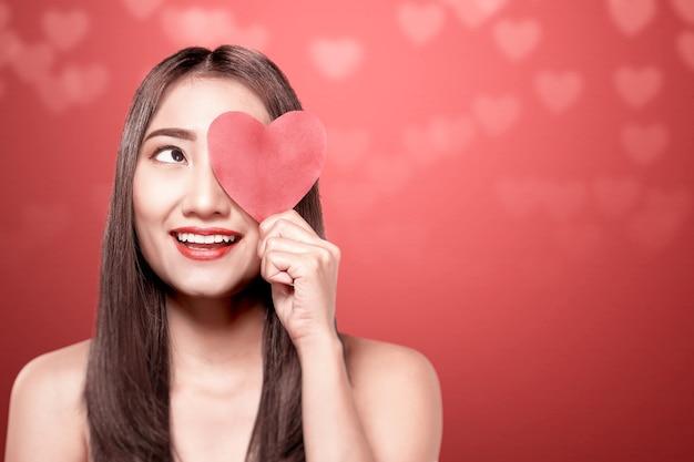 Aziatische vrouw met het rode hart. valentijnsdag