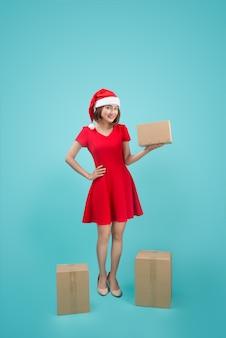 Aziatische vrouw met kerst santa houden kerstcadeau.