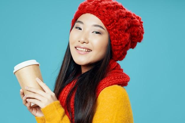 Aziatische vrouw met koffiekopje, afhaalmaaltijden