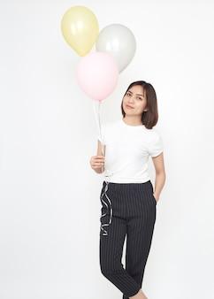Aziatische vrouw met lucht ballonnen