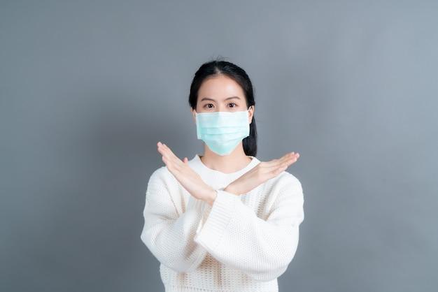 Aziatische vrouw met medisch gezichtsmasker beschermt filterstof pm2.5 anti-vervuiling, anti-smog en covid-19