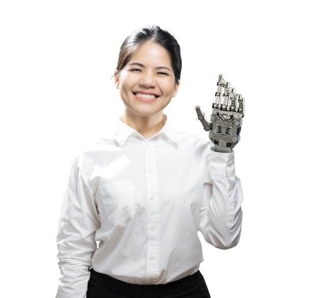 Aziatische vrouw met metalen prothetische hand op wit wordt geïsoleerd