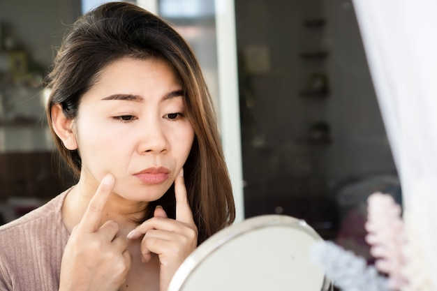 Aziatische vrouw met nasolabiale plooi, glimlach of lachlijnen op haar gezichtsveroudering