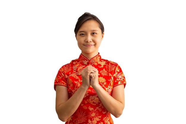 Aziatische vrouw met qipao chinees kostuum voor respect en begroeting met gasten.