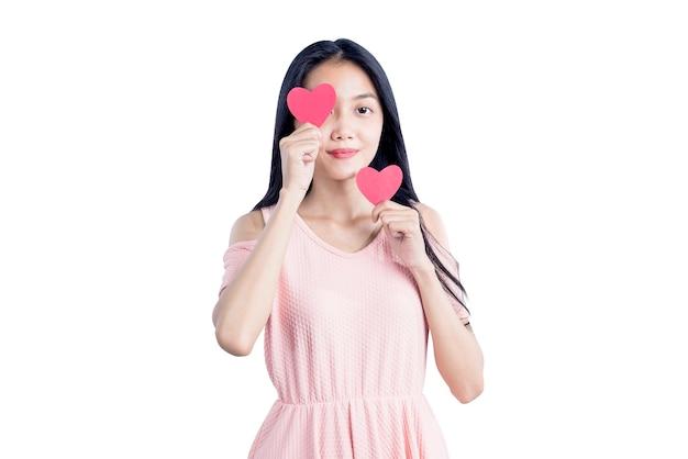 Aziatische vrouw met rode harten geïsoleerd op witte achtergrond