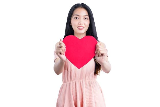 Aziatische vrouw met rode harten geïsoleerd over witte muur