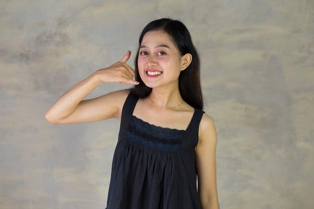 Aziatische vrouw met roepend teken