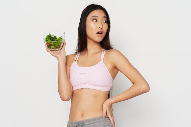 Aziatische vrouw met salade